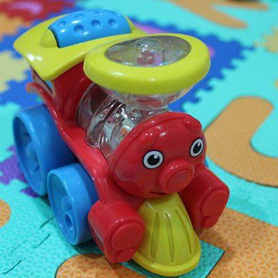 Suelo o manta de juego y juguetes de primara infancia