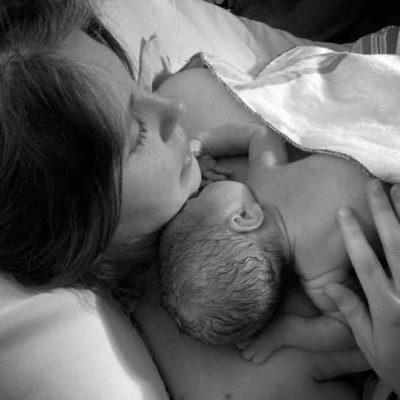 Tristeza post parto: cómo puede ayudar la pareja y la familia